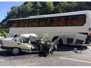 Otomobil Otobüse Çarptı: 2 Yaralı