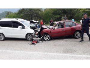Kozan'da İki Otomobil Kafa Kafaya Çarpıştı: 3 Yaralı