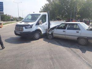 Otomobil İle Kamyonetin Çarpıştığı Kaza Kamerada