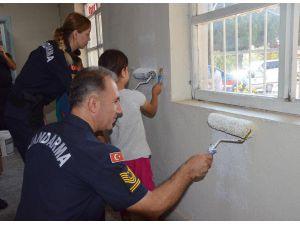 Jandarma Personeli Okul Boyadı