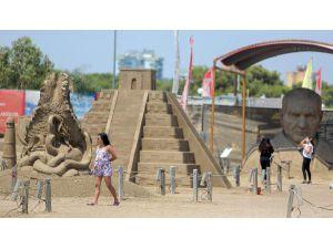 Kum Heykellere Orta Doğulu Turist İlgisi