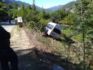 Adana'da İki Kişinin Ölümüne Neden Olan Minibüs Kaza Yerinden Kaldırıldı