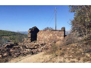 Manavgat'ta Yangın; 4 Ev, 4 Samanlık Ve Ahır Yandı