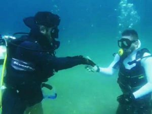 Su Altında El Öptürüp, Deniz Dibinde Bulduğu Parayı Arkadaşına Verdi