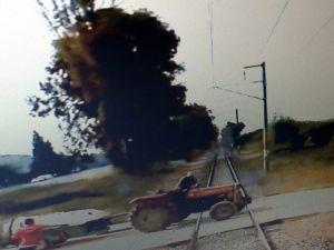 Tren Traktöre Böyle Çarpmış
