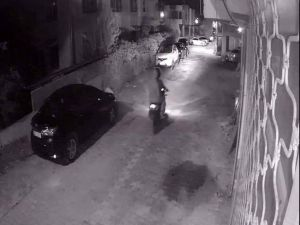 Samandağ'da Muhtarın Aracı Kurşunlandı
