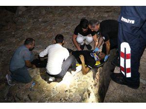 Dalgakırandan Kayalıklara Düşerek Yaralandı
