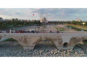 Dünyanın En Eski Köprüsünün Üzerinde Futbol Heyecanı