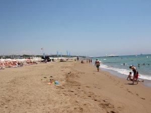 Antalya Side'de sahildeki zift temizlendi