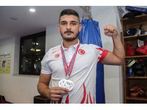Askerden Geldi, Uluslararası Kick-boks Şampiyonası'nda İki Gümüş Madalya Aldı