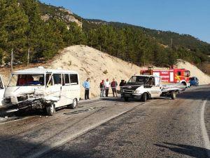 Minibüs İle Kamyonet Kafa Kafaya Çarpıştı: 4 Yaralı