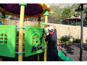 Kaş'ta dinlenme ve çocuk oyun parkları yenileniyor