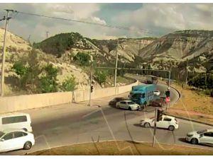 Burdur'da 5 Kişinin Yaralandığı Zincirleme Kaza Mobese Kamerasında