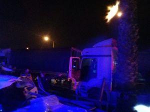 İki Tır Çarpıştı, Devrilen Direk Otomobilin Üzerine Düştü: 5 Yaralı