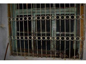 Kozan'da Yanan Ev Kullanılmaz Hale Geldi