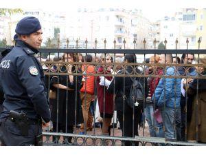 Öğretmenleri işi bırakan kolejin velileri, il milli eğitim müdürlüğü önünde toplandı