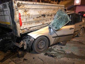 Otomobil Tır'ın Altına Girdi: 1 Ağır Yaralı