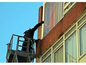 Rüzgardan kırılıp kaldırıma düşen cam kırıkları esnaf ve vatandaşları korkuttu