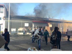Yangında İşçilerin Mobilya Kurtarma Telaşı