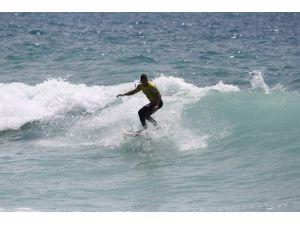 Alanya'da 5 Metrelik Dalgada Sörf Heyecanı