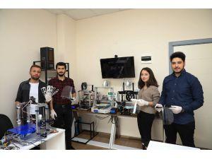 Üniversiteli Öğrenciler Korona Virüs İçin Yüz Siperliği Üretti