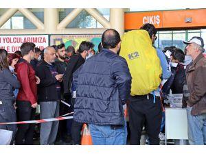 Antalya otogarı izin komisyonu önünde aşırı yoğunluk