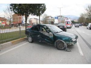 Hafriyat Kamyonun Dokunduğu Otomobil Bariyerlere Çarptı: 1 Yaralı