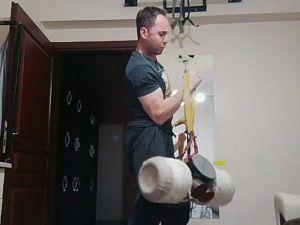Bilek Güreşçiler, Evlerinin Çatılarında Çalışıyorlar