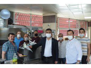 Korkuteli'nde bayram öncesi esnafa maske dağıtıldı