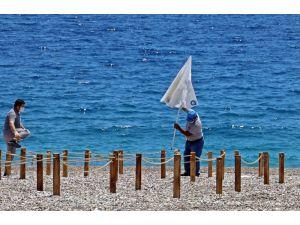 Dünyaca ünlü sahilde şezlong ve şemsiyeler sosyal mesafeli yeni düzene göre yerini aldı