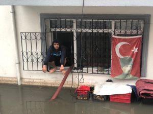 Ankara'da Bazı Ev Ve Depoları Su Bastı