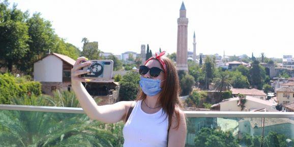 Antalya kent merkezi aylar sonra ilk yabancı turist kafilesini ağırladı