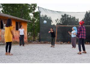 Büyükşehir Belediyesinden, Yağda Mahallesi Sakinlerine Spor Ekipmanı Desteği