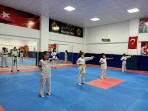 Minik Karateci Kızlar Antrenmanlara Tekrar Başladı