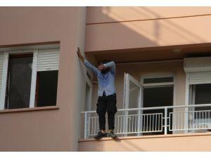 Antalya'da 3. kat balkon demirlerinde hareketli dakikalar