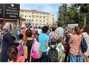 Antalya'da okul önünde velilerin 'yüz yüze eğitim' yoğunluğu