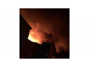Başkent'te Çöp Konteynerinde Çıkan Yangın 2 Dükkana Sıçradı