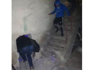 Duvardan Gizli Bölme Açtılar, Polise Yakalandılar