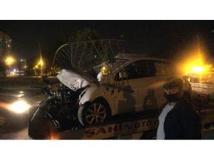 Otomobil Bariyerlere Ok Gibi Saplandı: 1 Yaralı