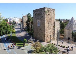 Vakaların azaldığı turizm kenti Antalya'da camilerden korona virüs uyarısı