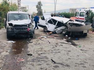 Ticari Araçla Çarpışan Otomobil İkiye Bölündü: 8 Yaralı