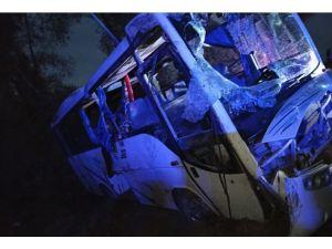 Tarım İşçilerini Taşıyan Midibüs İle Ticari Araç Çarpıştı: 1 Ölü, 24 Yaralı