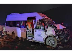 Yolcu Minibüsü İle Traktör Çarpıştı: 8 Yaralı