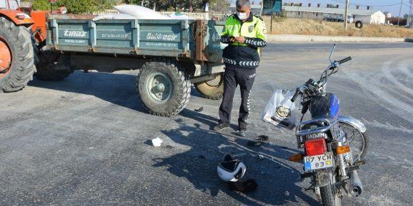 Motosiklet, akaryakıt istasyonundan ana yola çıkan traktöre çarptı:1 ölü