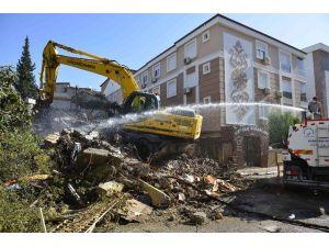 Muratpaşa'da kaçak metruk bina yıkıldı