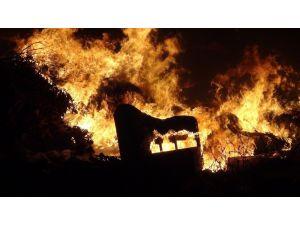 Manavgat'ta otellerin çöp ve molozlarını döktüğü okul arsasında yangın korkuttu