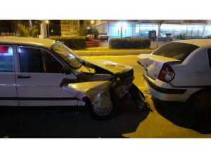 Kozan'da Otomobil Park Halindeki Araçlara Çarptı: 1 Yaralı