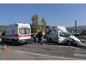 Isparta'da Mermer Yüklü Kamyon İle Ticari Araç Çarpıştı: 1 Yaralı