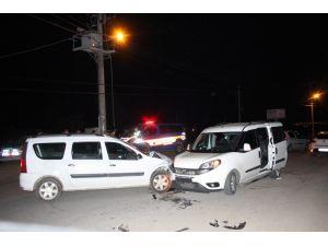 Ticari araçlar kafa kafaya çarpıştı: 2 yaralı