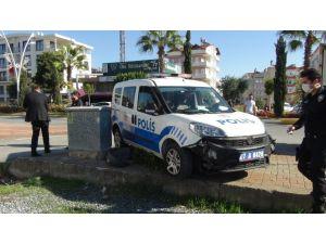Kural ihlali yapan meşrubat kamyonu sürücüsü polis ekibine kaza yaptırdı